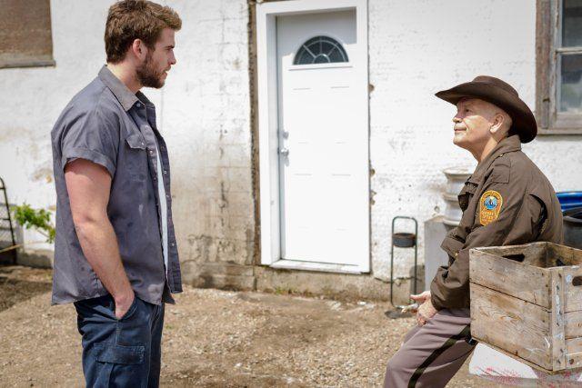 Still of John Malkovich and Liam Hemsworth in Cut Bank (2014)