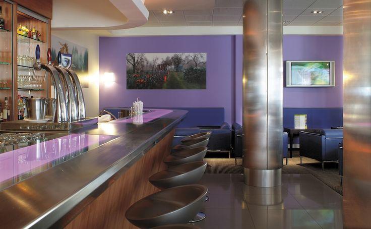 Un restaurat coloré et original par l'architecte Maurice Padovani !   Restaurant design, tendances déco, mobiliers  Pour voir d'autres astuces en design : brabbu.com/products