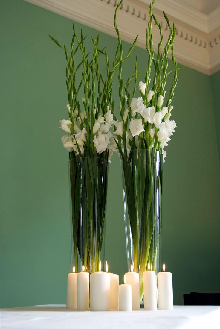 Gladiolos blancos en jarrones altos