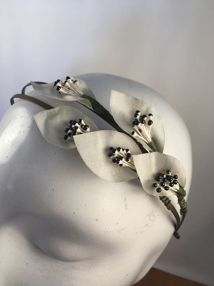Calla lily headpiece with sea foam green ivory flowers & two tone black and white stamen. Would make a lovely bridal headpiece to match those vintage ivory green shade dresses, favourites of the forties & fifties!