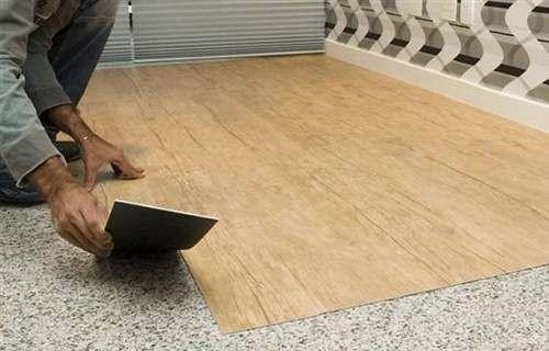 Um produto que eu conheci recentemente e que certamente vai fazer parte das minhas próximas reformas: um piso vinilico autocolante que po...