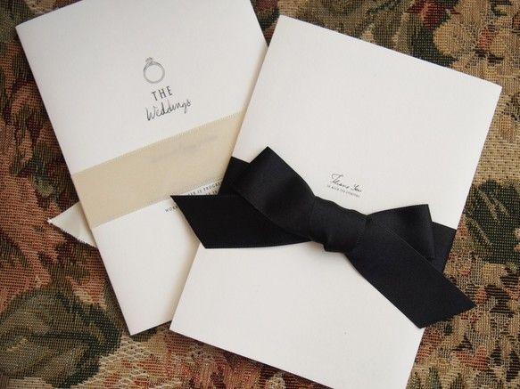 「愛の証ーエンゲージリングー」それは「約束を形にするもの」。最も硬い石であることから 固い絆で結ばれる・・・そんなストーリーと想いが込められたデザインです。もちろん席次表(ロールタイプ450円)・席札(150円〜)もございますので結婚式のご招待から当日まで、トータルでコーディネイトを楽しめます。セミオーダーで内容を伺いながら制作いたします。制作料5,000円が別途かかります。原稿制作から印刷、折り作業まで全て完成した状態でのお届けとなります。封筒の宛名書き・返信ハガキ、封筒の切手貼りは致しておりません。[セット内容]表紙ご挨拶文インフォメーション返信ハガキ封筒※別途オプション・各種付箋 1枚 ¥30・芳名カード 1枚 ¥30・マップ 1枚 ¥30…