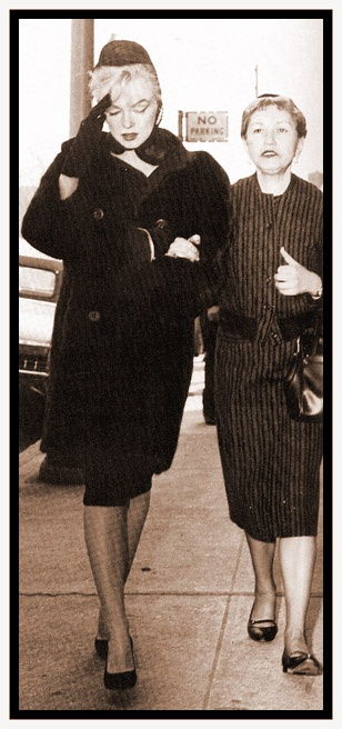 Marilyn Monroe assister aux funérailles d'Augusta Miller (la mère d'Arthur Miller) avec sa secrétaire mai Reis. 8 mars 1961.