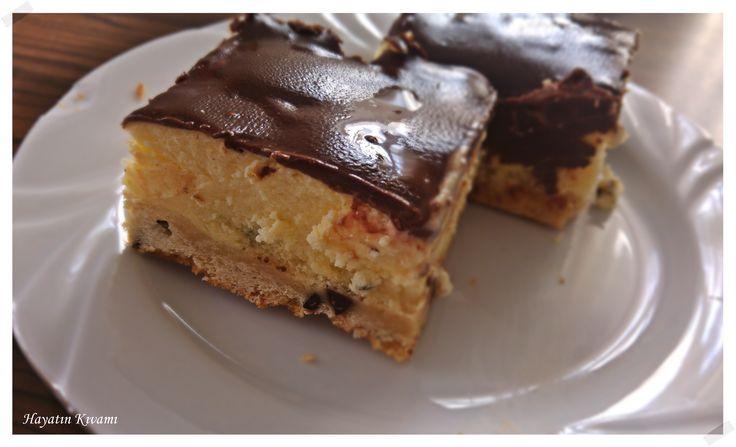 Önce damla çikolatalı kurabiye, sonra cheesecake ve üzerinde çikolatalı sos, daha ne olsun: http://hayatinkivami.blogspot.com.tr/2016/11/kurabiyeli-cheesecake.html
