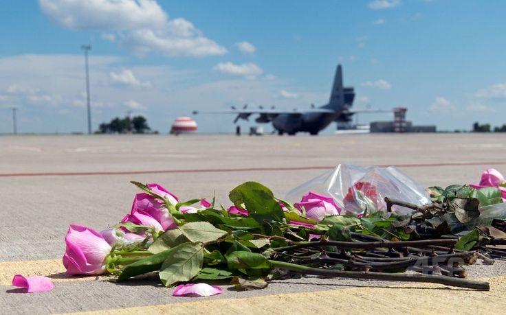 マレーシア航空(Malaysia Airlines)MH17便の搭乗者の遺体が到着したオランダ南部のアイントホーフェン(Eindhoven)空港の滑走路に置かれた花(2014年7月23日撮影)。(c)AFP/SERGEY BOBOK ▼24Jul2014AFP|マレーシア機搭乗者の遺体、オランダに到着 http://www.afpbb.com/articles/-/3021310 #MH17