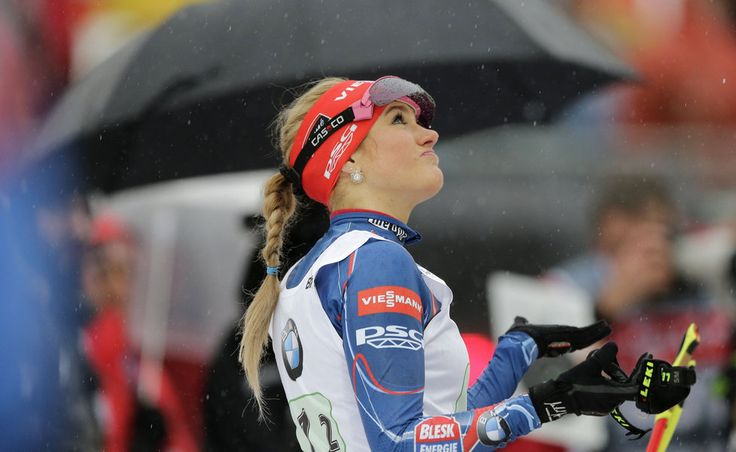 Gabriela Soukalová na střelnici při zlatém závodě štafet v Ruhpoldingu