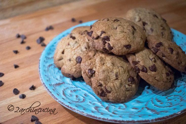 Chocolate chips cookies - Biscotti con gocce di cioccolato Regalatevi un momento di piacere assaporando i nostri Chocolate chips cookies! Semplici e facili da preparare i Chocolate chips cookies (biscotti con gocce di cioccolato) faranno impazzire proprio tutti: grandi e piccini!