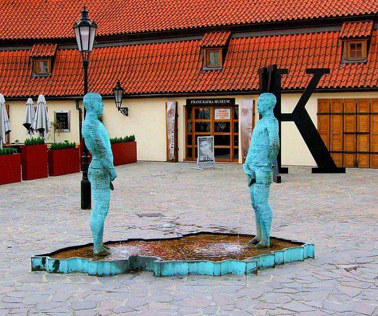 La fuente con dos hombres orinando que emplazó a la entrada del Museo Kafka en Praga;
