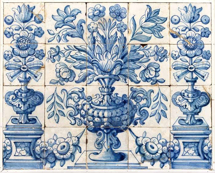 Painel de azulejos barrocos. Faiança portuguesa, séc.XVIII, decoração a azul, constituído por vinte azulejos emoldurados. Pequenos defeitos. Dim. Total: 60x74,5cm.