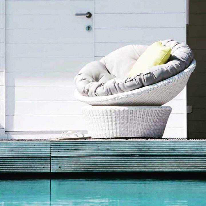 Tardes de piscina A qué apetece sentarse y relajarse en nuestro Sillón Giratorio Cupcake? Total!!! #piscina #tardesdesol #verano2017 #veranofeliz #decor #decoracion #decoracionexterior #jardin #terrazas #mueblesterraza #decoration #summer #summertime #swimmingpool #sillonesconestilo #butacas #relax #lounge #shoppingonline #tiendaonline #gouconcept