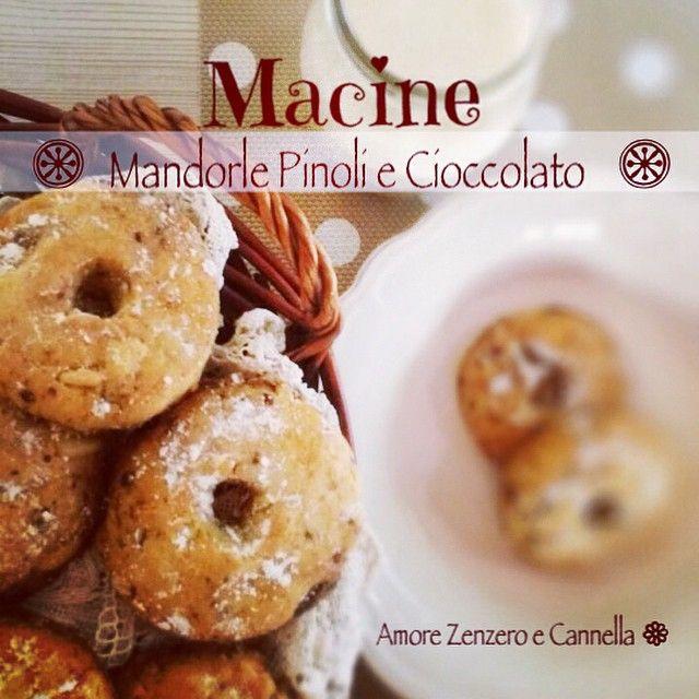 """Buongiorno!!! Vi va un biscottino per iniziare la giornata con dolcezza? """"Macine friabili appena sfornate con mandorle pinoli e gocce di cioccolato"""" tuffiamole nel latte...si scioglieranno in bocca..."""