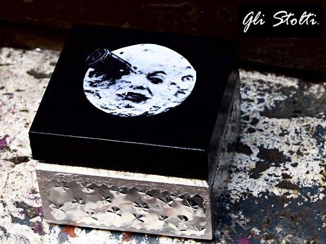 """Scatola artigianale in legno decorata a mano """"La Luna nella Scatola"""". Vai al link per tutte le info: http://glistolti.shopmania.biz/compra/scatola-in-legno-la-luna-nella-scatola-64 Gli Stolti Original Design. HandMade in Italy. #glistolti #moda #artigianato #madeinitaly #design #stile #roma #rome #shopping #fashion #handmade #handicraft #handcrafted #style #cinema #movie #natale #christmas"""