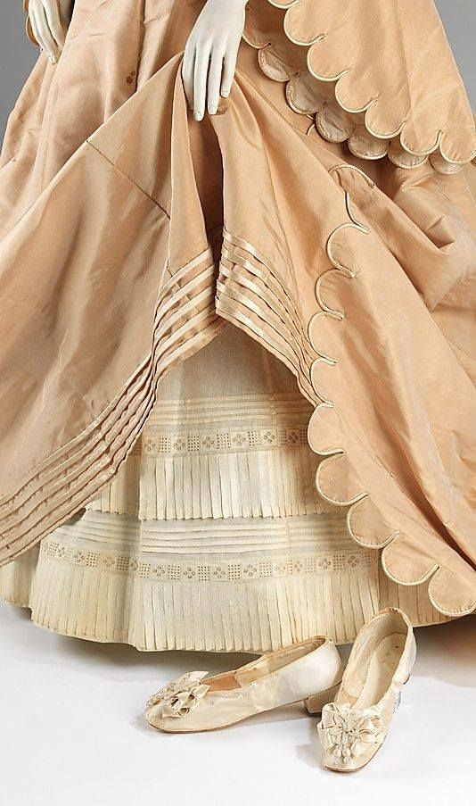 Ansamblul de nuntă (cu detalii, arătând petticoat) prin courvoisier, american, 1870. Rochie de mătase, petticoat, şi pantofi de piele cu mănuşi. MET