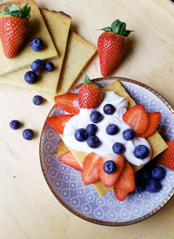 Gluteeniton herkkupannukakku on erityisen pehmeä ja maukas rahkatäytteen ansiosta. Päälliseksi sopivat hyvin tuoreet marjat tai hedelmät.