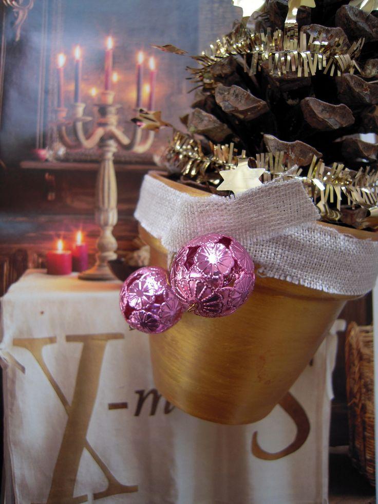 Centre de table Noël - pots dorés et pommes pin : Accessoires de maison par floartistique