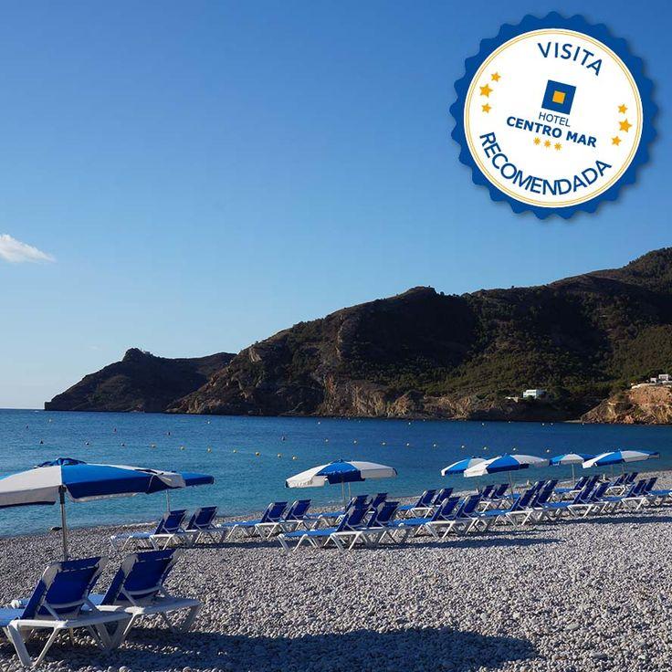 Por su cercanía a nuestro hotel, por su agua cristalina, por su bellas vistas y por su tranquilidad, os recomendamos visitar la Playa del Albir.