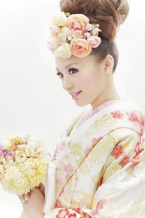 ウェディングドレスではなく和装に憧れる花嫁さんも多いのではないでしょうか?* 色打掛けであればカラフルで可愛いものがたくさんあります!ヘアスタイルも洋髪にすれば、髪飾りや本物のお花でアレンジができるので、バリエーションが豊富です*。《色打掛け》に「洋髪」 を合わせた素敵な画像を集めてみました♪