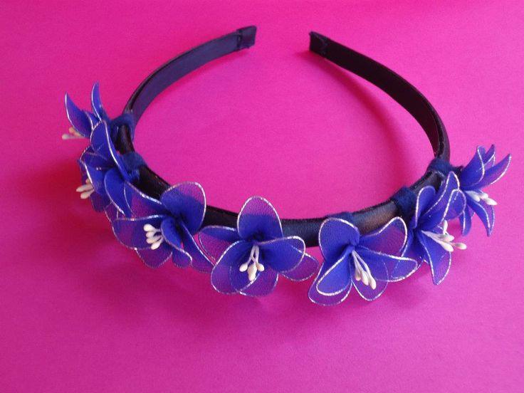 Elegante cerchietto in raso con piccoli fiori blu con pistilli bianchi fatti a mano con filanca setata- per occasioni speciali