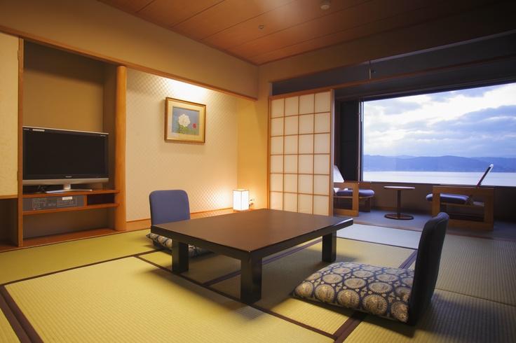 ホテル紅やの湖に面したお部屋からは、目の前に広がる諏訪湖の景色をゆっくり楽しめます。畳のお部屋だけでなく、ベッドのお部屋もご用意しています。