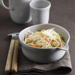 Un'insalata leggera ma gustosa, in cui asparagi bianchi si incontrano con la trota affumicata. Scopri la ricetta di Sale&Pepe.