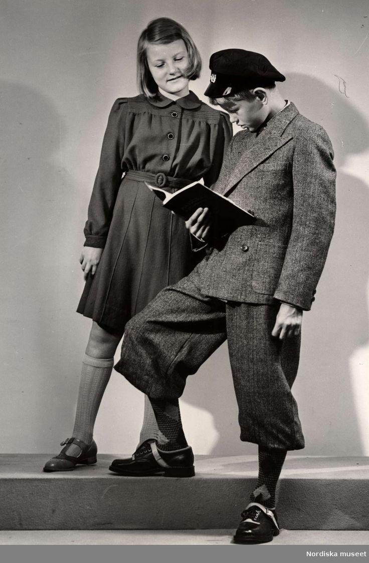 Skolkläder, en pojke läser för en flicka. Nordiska Kompaniet, 1940
