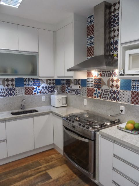 Aplicação de cerâmica imitando tijolo hidráulico em cozinha com bancada em L  -> Armario De Banheiro Mobly