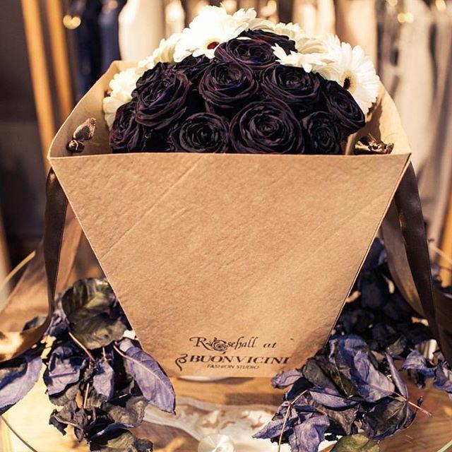 Black limited edition в корнере #rosehallatbuonvicini - таких букетов всего два - один у нас, в #buonvicini, второй - в галерее цветов @flowersinrosehall! Черные розы Noiomi, белые герминии с чёрной сердцевиной. Chanel style #цветы #цветывкоробке #flowers #flowersinthebox
