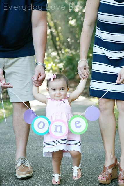 1 Year Family Pictures- first birthday pictures. family picture style. one banner.