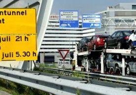 20-Jul-2014 12:26 - OPENING COENTUNNEL NIET GEVIERD. De feestelijke opening van de gerenoveerde Coentunnel bij Amsterdam gaat morgenochtend niet door. Rijkswaterstaat ziet ervan af in verband met de vliegramp in Oekraïne. Minister Schultz zou de tunnel openen door er als eerste doorheen te rijden. De tunnel wordt nu gewoon vanaf 05.00 uur opengesteld voor al het verkeer. De tunnel was de afgelopen dagen dicht, zodat hij kon worden verbonden aan de nieuwe Tweede Coentunnel. Er zijn na...