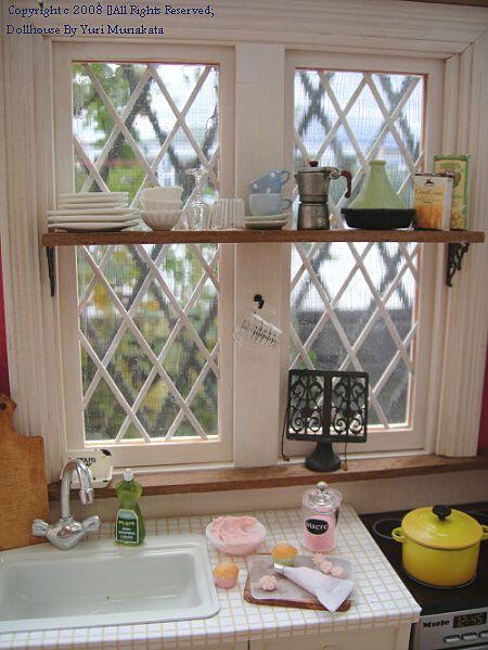 Note: shelf over the kitchen window | Source: Yuri Munakata