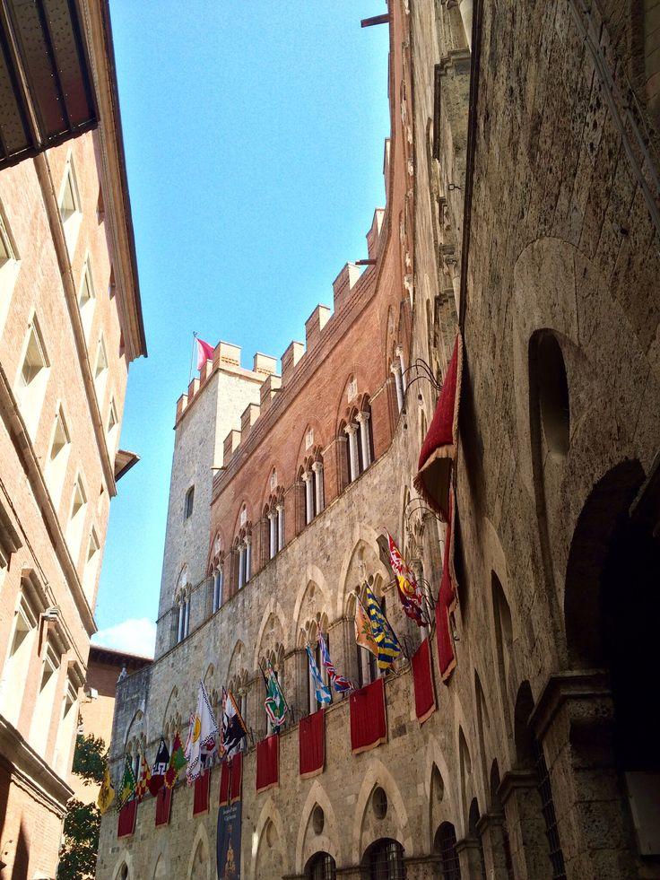 Siena: Palazzo Chigi Saracini in epoca di Palio.