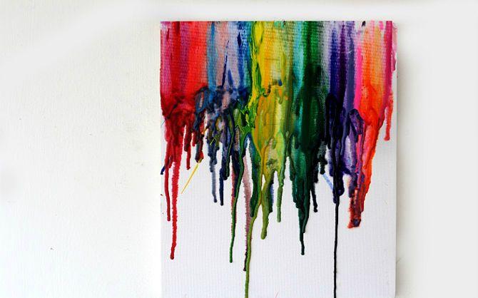 Deze kleurrijke uitspattingen van waskrijt op het canvas fleuren elke ruimte op. Wij laten stap voor stap twee manieren zien hoe jij zelf zo'n kunstwerk met waskrijt kunt maken.  BENODIGDHEDEN • Waskrijt • Lijmpistool • Haardoger • Canvas • Oude kranten METHODE 1 STAP 1 Sorteer het krijt. Als je ze op volgorde van …