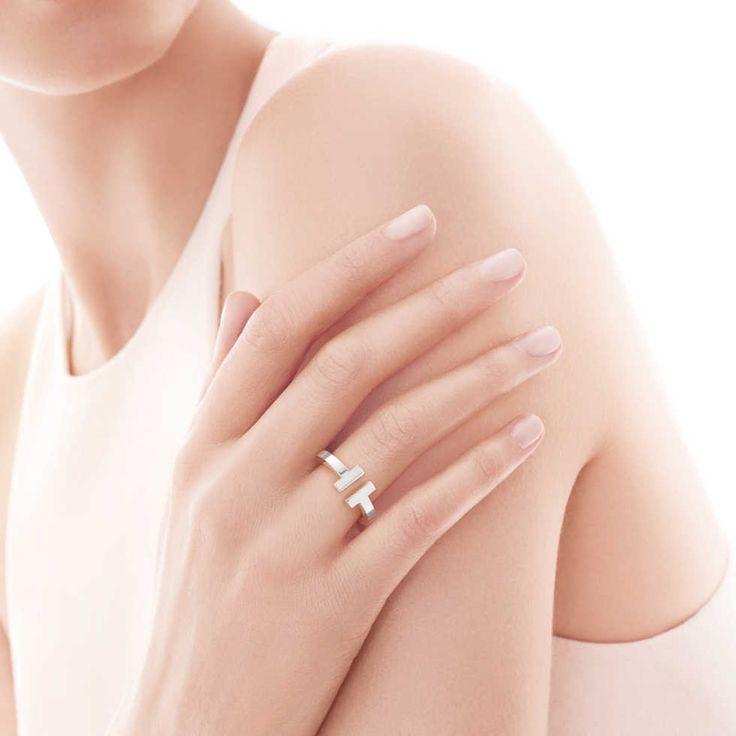 Anelli donna  Gli anelli di metallo non usciranno mai di moda. La versione più attuale è un anello sottile in argento o placcato argento. E quanto più semplice appare, tanto meglio sarà per la vostra immagine.