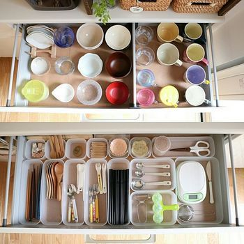 カトラリーやキッチン小物もプラスチック容器でアイテム別に仕分けして引き出しに収納。収納場所が分かりやすいと、家族にも手伝ってもらいやすいのもメリット。