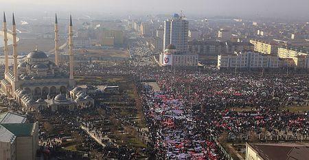 19日、ロシア南部チェチェン共和国のグロズヌイで、フランス週刊紙によるイスラム教預言者ムハンマドの風刺画掲載に抗議して行われた大規模デモ(EPA=時事) ▼19Jan2015時事通信|チェチェンで「80万人」デモ=仏風刺画に抗議、ロシアの立場反映 http://www.jiji.com/jc/zc?k=201501/2015011900809