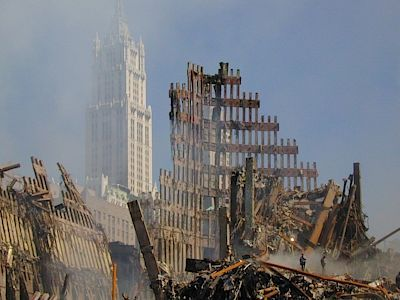 Trosky jedné ze dvou věží Světového obchodního centra.