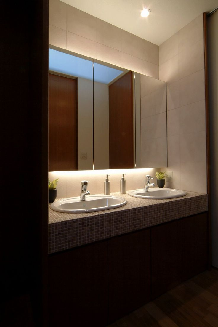 洗面・脱衣室というと一般的には、洗面室と脱衣室と洗濯室がワンルームになっているプランが多いようです。それぞれ別々になっていた方が機能的なのですが、それだけの広さを確保するのは、なかなか難しいようです。そのような状況の中でも、可能であれば洗面室と脱衣・洗濯室は別々に分けることをお勧めしています。そうすることのメリットとして入浴中や着替え中でも、洗面台を使えることとお客様が洗面台を使うときに、洗濯物を置いたままの部屋を見せずに洗面台を使うことが出来ることが挙げられます。家族でも、年頃になると気を使いますし、生活感を表に出さずに、スマートに洗面台を使えます。また、逆に洗面台をインテリアとして見せることもできます。デザイン・機能性を備えたマキハウスオリジナル洗面台ホテルのような高級感のある洗面台設置場所の違いで、大きく使い勝手は変わります。慎重に検討すべき項目です。
