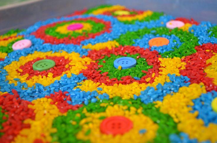 Цветочные узоры из риса и пуговиц