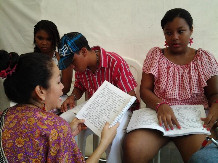 Leyendo y compartiendo se vive mejor.  Crédito Adriana Gómez/Mincultura 2012