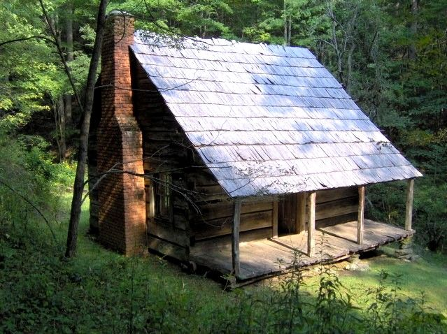 Uma pequena casa na... floresta da montanha. Esta cabana foi construída em meados do século XIX por John Hannah Jackson. Fica nas Grandes Montanhas Enfumaçadas, na Carolina do Norte, USA.  Fotografia: Brian Stansberry.