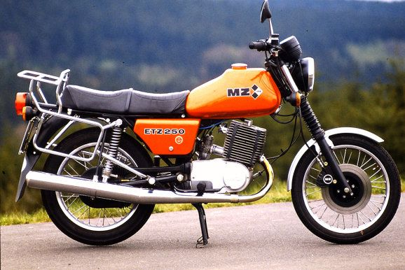 MZ ETZ 250 Bis 1987 sanken die Preise auf 1980 Mark fürs Zweirad, für die dreirädrige Version waren noch 4000 Mark fällig.