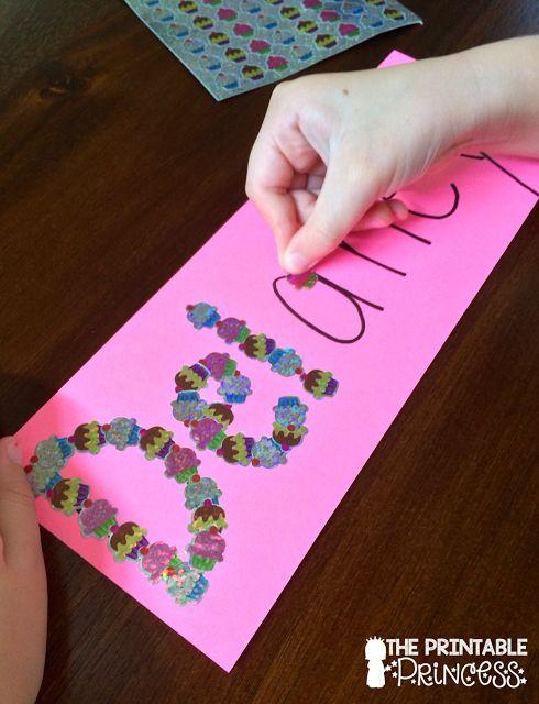 """Los estudiantes decoran con """"stickers"""" su nombre para que lo puedan leer"""