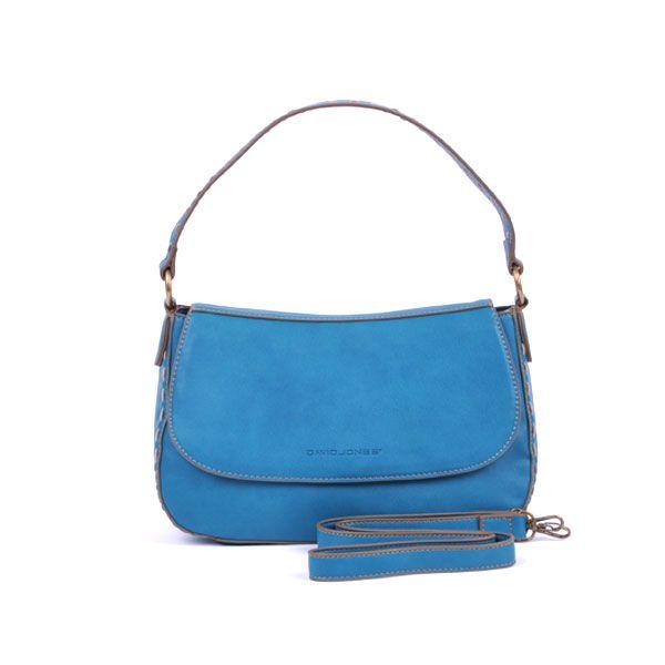 Met deze trendy blauwe handtas van hoogwaardig glad eco leder met ecru stiksels en bronskleurig beslag krijg je heel wat bewonderende blikken.