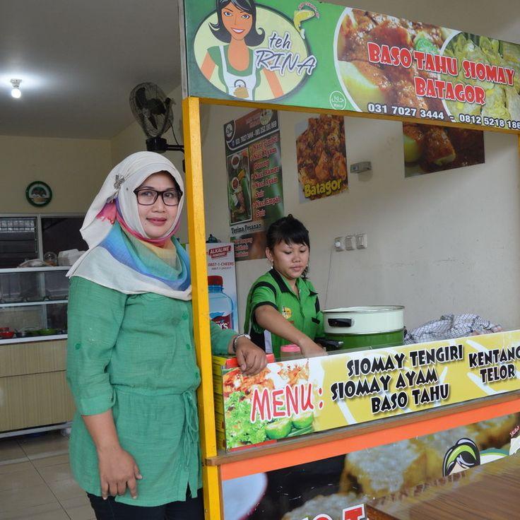 Karena berasal dari Bandung, banyak yang menyapanya dengan panggilan Teh Rina. Panggilan itu pula yang dijadikan merk produknya. Itulah Ibu Rina Floretta anggota kelompok 114 dengan produknya baso tahu, siomay dan batagor.