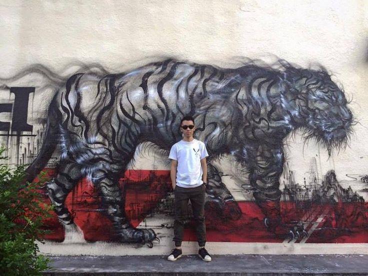 Chen Yingjie очень разносторонний художник, в мире уличного искусства известный под псевдонимом Hua Tunan. Так, изначально он стал известен как автор оригинальных граффити и других разновидностей стрит-арта. Образование Чен получил по курсу китайской иллюстрации и классической живописи, а работать предпочитает в смешанной технике, объединяя западный стиль с восточным, граффити - с классикой китайской живописи, а современные элементы и методы - с традиционными, этническими. Потому и рисует он…