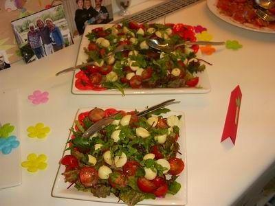salade Caprese  1 ½ zakje gemengde sla met rucola (AH) 2 zakjes mini mozzarella 1 bakje kerstomaatjes 75 gram pijnboompitten, geroosterd Dres...