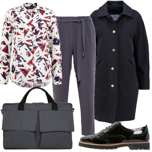 Un outfit da ufficio, composto da pantaloni a gamba stretta, camicia classica fantasia e cappotto con tasche anteriori monopetto. Completano il look le scarpe stringate in pelle e la borsa porta pc.