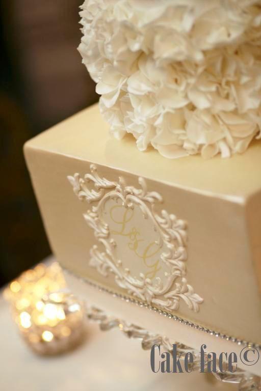 Golden details with Scrunch Roses.