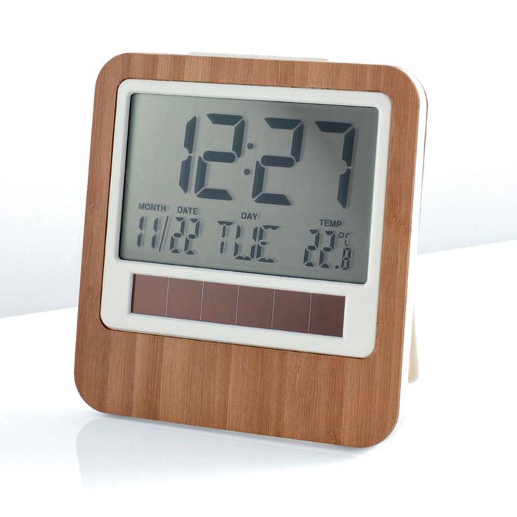 Safe Bamboo Masa Saati | Lexon  Safe Masa Saati, seçkin ve yalın tasarımı ile birlikte çevre dostu bir ürün olma özelliği taşıyor. Çok hızlı şekilde yetişebilen bambu ve mısır nişastasından elde edilen bir polimerden üretiliyor. Safe, enerjisini güneşten alarak pile ihtiyaç duymuyor.