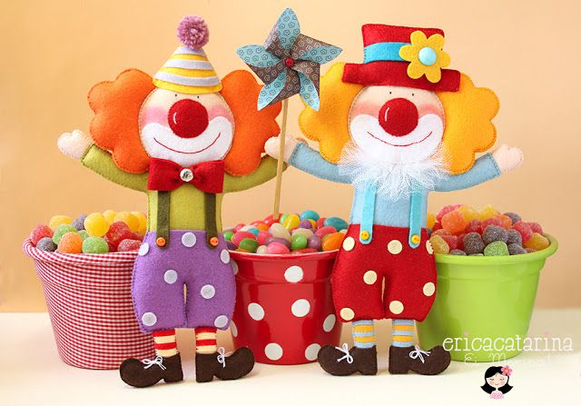 Awesome felt doll blog.  It's in Portuguese, but the pics are inspiring! :)